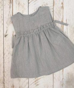 vestido gris niña delante