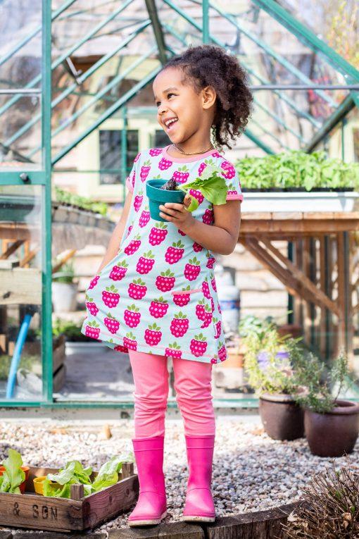 niña posando con vestido de frambuesas